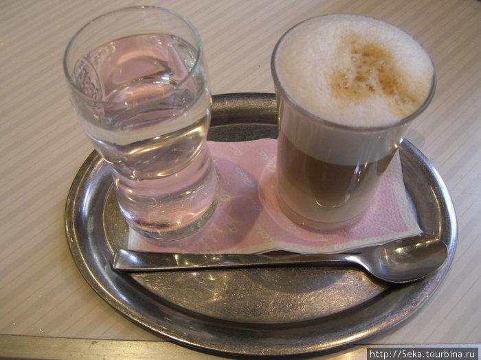 Кофе. К нему обязательно подают стакан холодной воды
