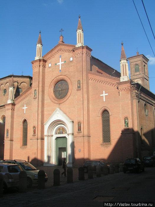 Вид на церковь. Обратите внимание, что колокольня разнится с основным зданием