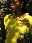 экскурсовод рассказывает процесс приготоления плодов баобаба