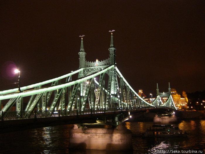 Мост Свободы в вечерней подсветке