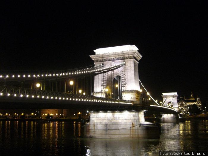 Цепной мост в вечерней подсветке