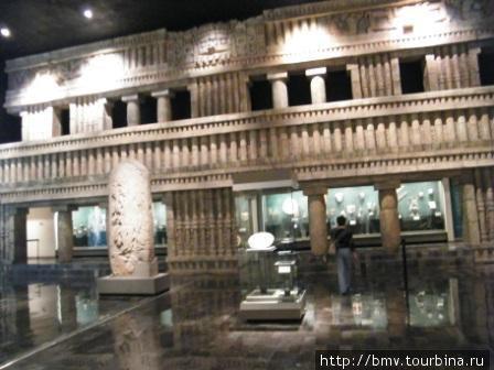 Фрагменты дворцов в зале музее.
