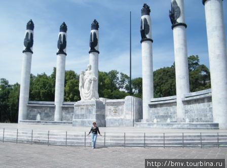 Памятник в парке.