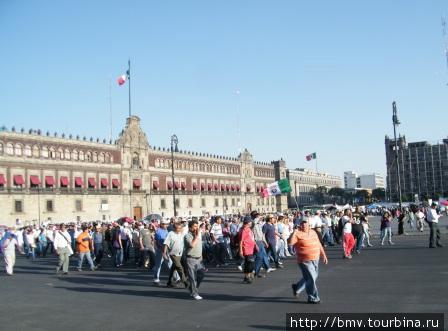 Демонстрация футбольных фанатов на фоне президентского дворца.