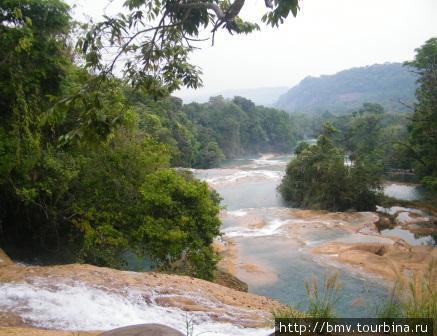 Вид с верхнего яруса водопада.