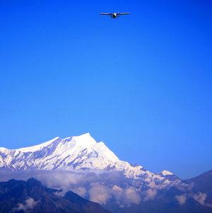 Над горами летают самолёты