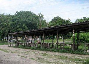 Универсальное строение под названием длиннющий стол с лавками и навесом.