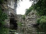 А ближе к воде — отвесные стены гранитных скал. Одна напротив другой...