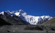 Краткий момент, когда небо полностью отчистилось и стало видно всю вершину Эвереста — она ещё на 3500м выше базового лагеря.