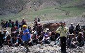 Летом многие тибетцы собираются и проводят пикники-скачки на лошадях. Тут совсем мало туристов потому приветствуют каждую проезжающую машину.