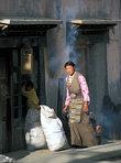 Тибетская женщина в городке Сакья.