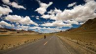 Сейчас хайвей выглядит совершенно иначе и типичные для Тибета путешествия в сотни километров и на мотоцикле вполне комфортны.