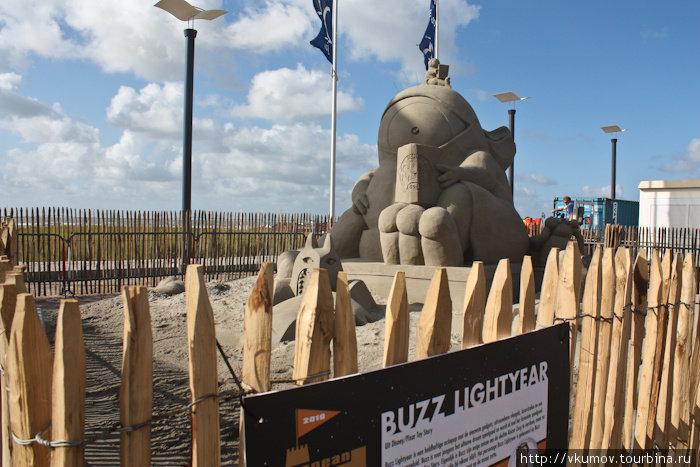 На пляжах можно встретить скульптуру из песка.