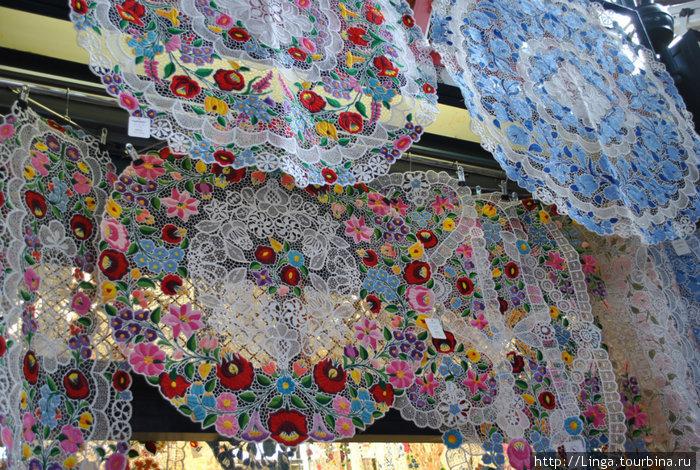 Знаменитые венгерские вышивки: напоминают кружево ришелье, только с вкраплением ярких цветовых сочетаний, символизирующих жизнь, любовь, землю, небо и т.д.