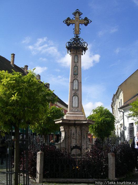 Крест в центре площади