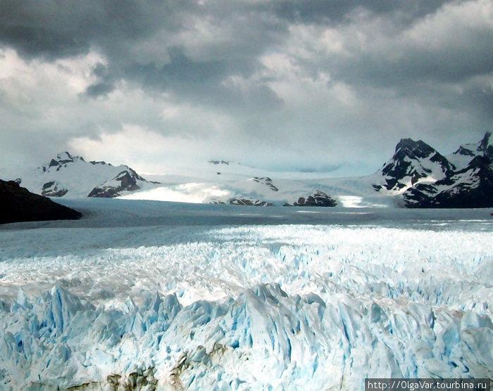 Ледник спускается с гор, виднеющихся вдали
