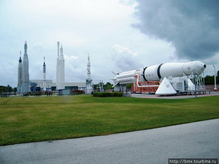 Музей космических кораблей.  Лежит ракета Сатурн из лунной одиссеи американцев.