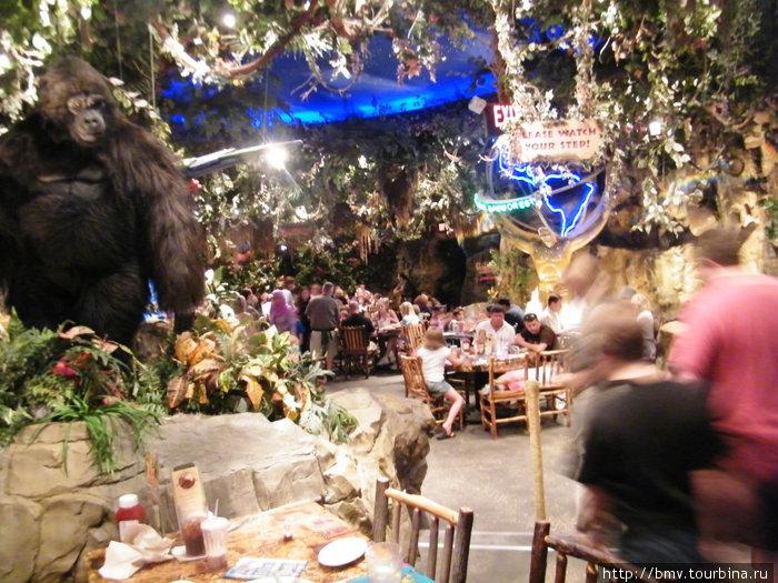 Интерьер ресторана в Орландо. Кин-конг двигается и рычит.