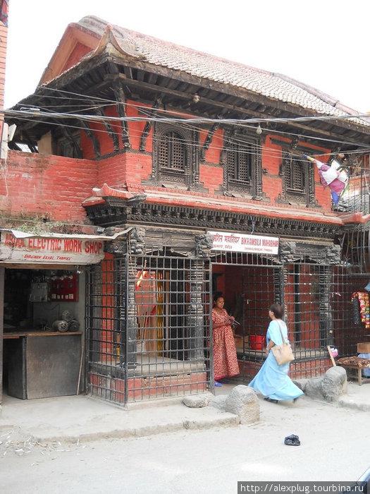Один из буддистских храмов. Вид с улицы.