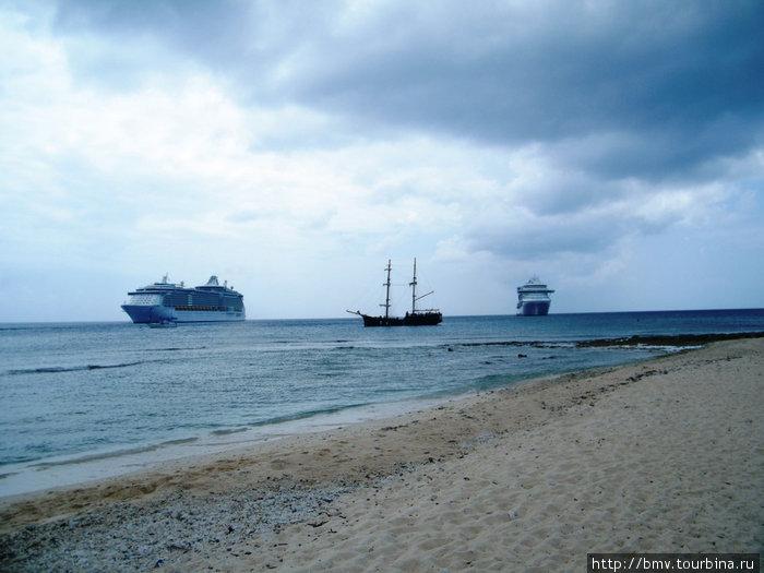Круизные корабли на рейде острова Гранд Кайман.