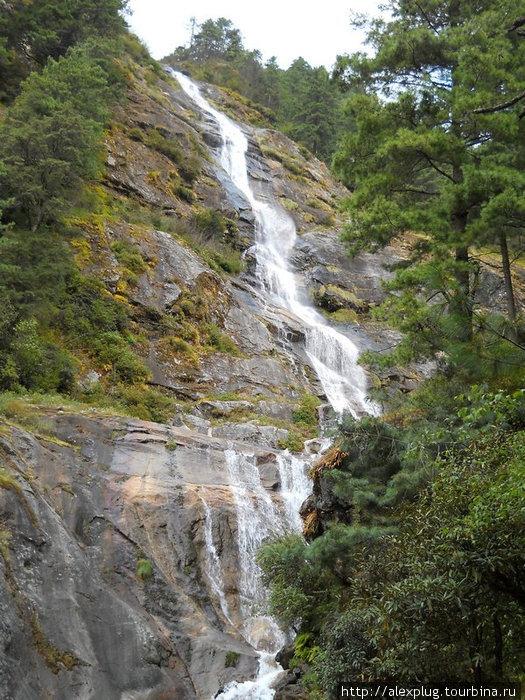 Водопад ближе. Отсюда два села пьют воду.