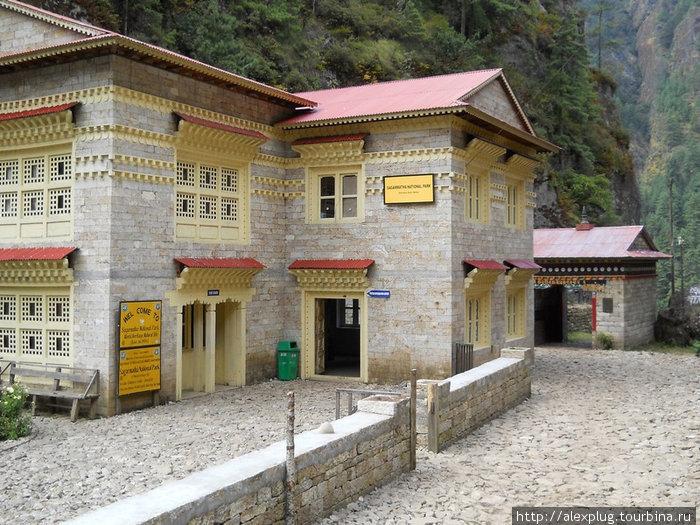 Управление и чек-пойнт Национального парка Сагарматха. Пермиты отмечать тут.