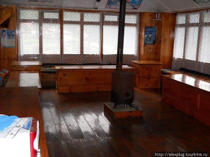 Пустая столовая лоджа — удел одинокого треккера.