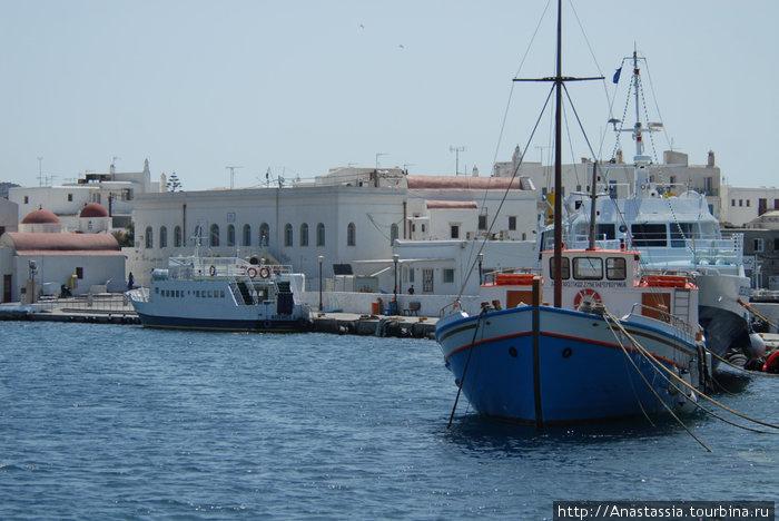 Вот корабли, которые ходят до Делоса, сзади маленькая будочка — это касса