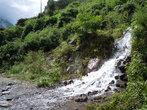 Река пересекает тропу