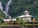 Водопад и буддистский монастырь