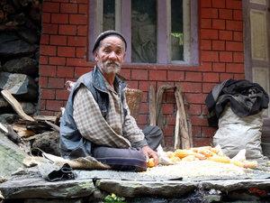 Старик у дома