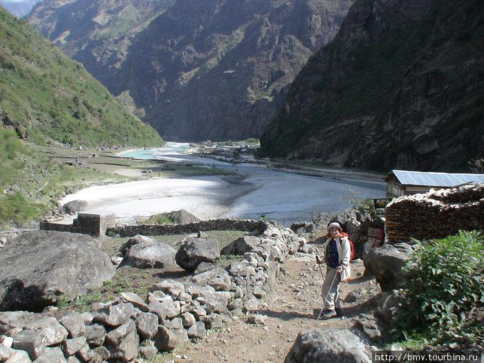 Поселок Тал на берегу речки.