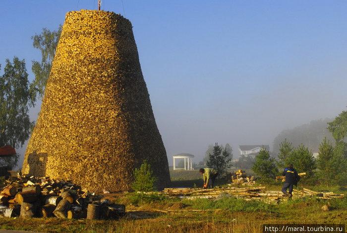 С учётом количества деревьев, которые пошли на дрова, поленница получалась гигантской — с претензией стать самой большой в мире. К середине сентября она достигла высоты 15 метров