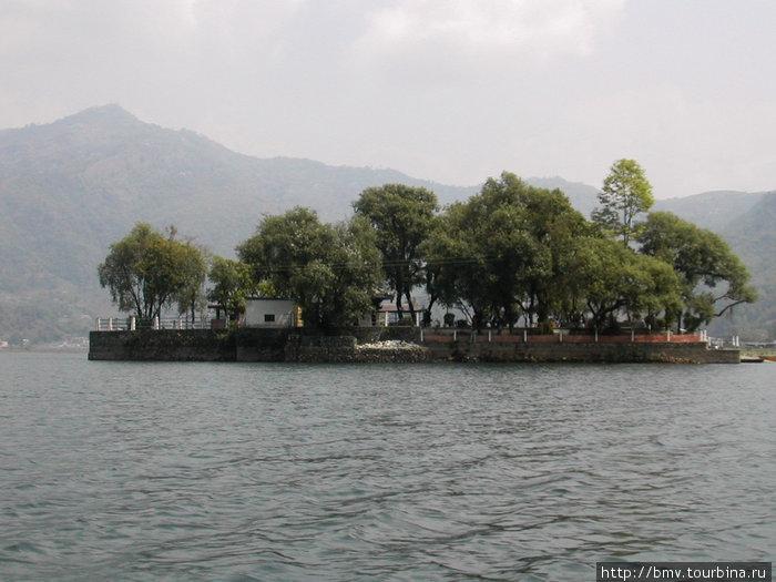 Уютный островок в центре озера.