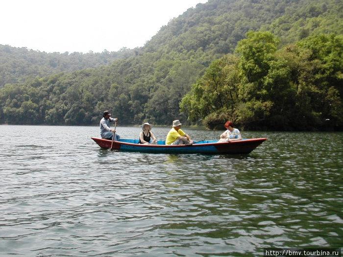 Прогулка по озеру на лодке.