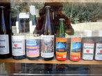 Сок и яблочный бренди в витрине