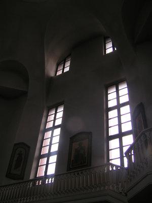 Свет льётся в окна