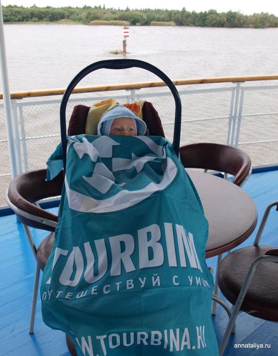 Даня на палубе под флагом Турбины.