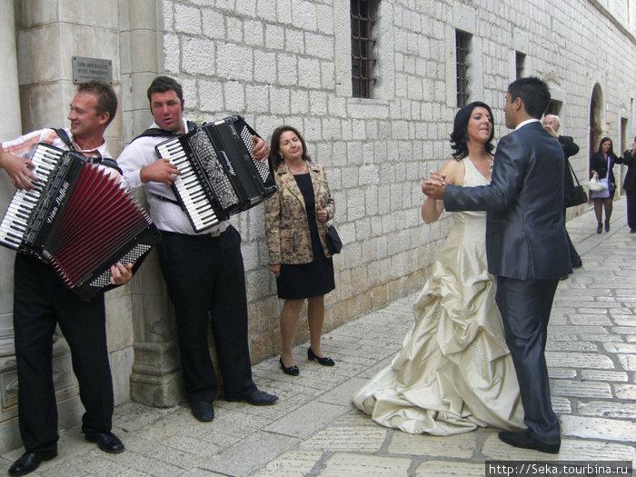 Свадьба и танцующие молод