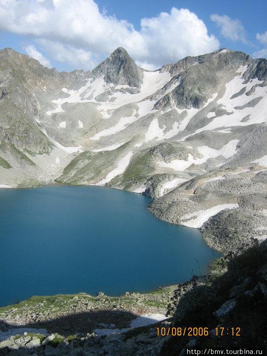 Скалы, окружающие Голубое озеро.