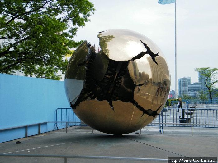 Один из монументов у здания ОНН. Земля разорванная войнами.