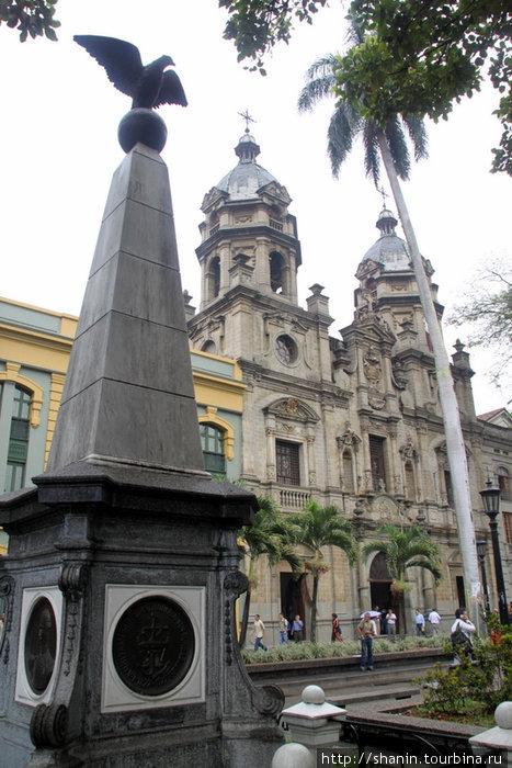 Центральная площадь — наверняка Симона Боливара