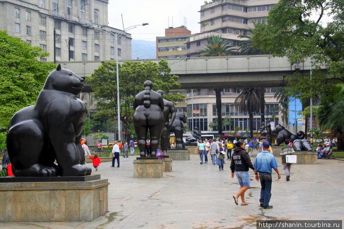 Скульптуры Ботеро стоят прямо на площадях и улицах