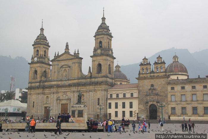 Кафедральный собор на площади Симона Боливара в Боготе