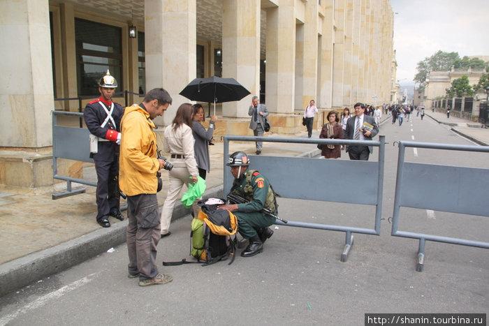 Пройти мимо Президентского дворца можно только после тщательного обыска