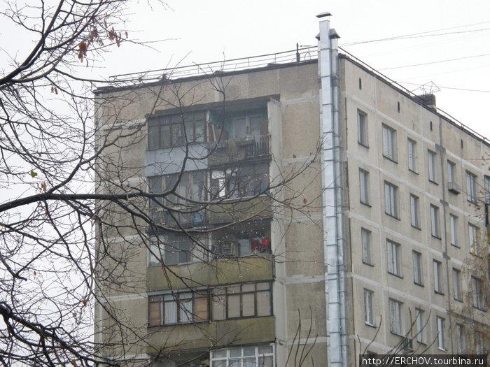 Окна дома, где жил Ободзинский (последний этаж, справа или слева, я не знаю).