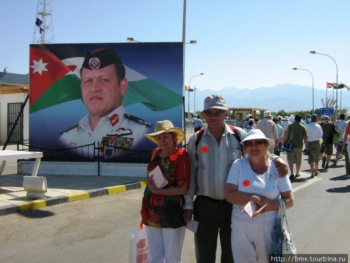 Президент Иордании приветствует гостей.