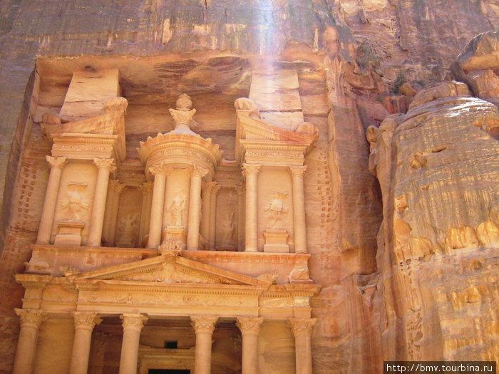 Эль-Хазны — мавзолей в скале.