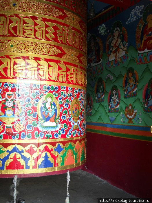 Молитвенный барабан в монастыре Намче Базар.