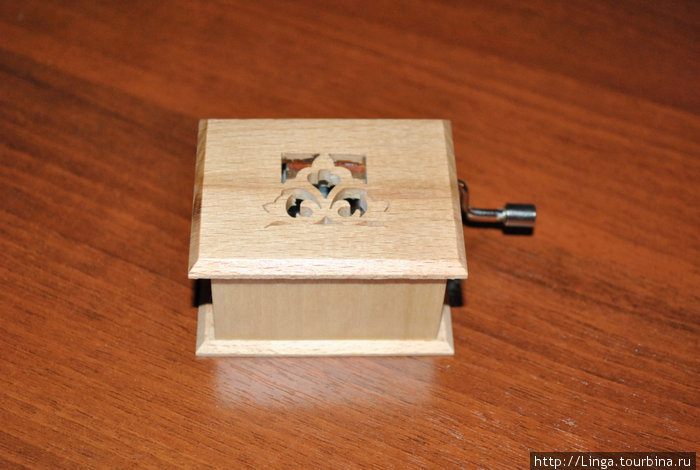 А это просто механическая музыкальная шкатулка. Резьба и мелодии — на любой вкус!